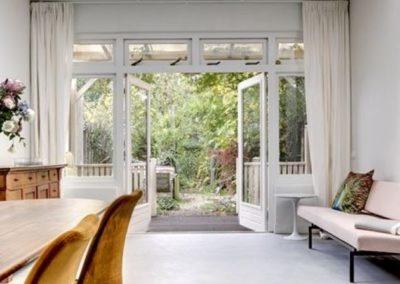woonkamer met zicht op tuin